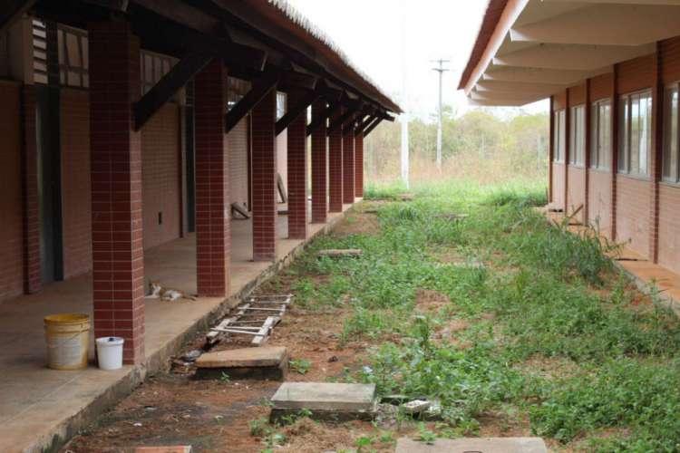 Obras na escola foram paralisadas há mais de um ano e equipamento está se deteriorando com o tempo (Foto: Reprodução; Whatsapp)