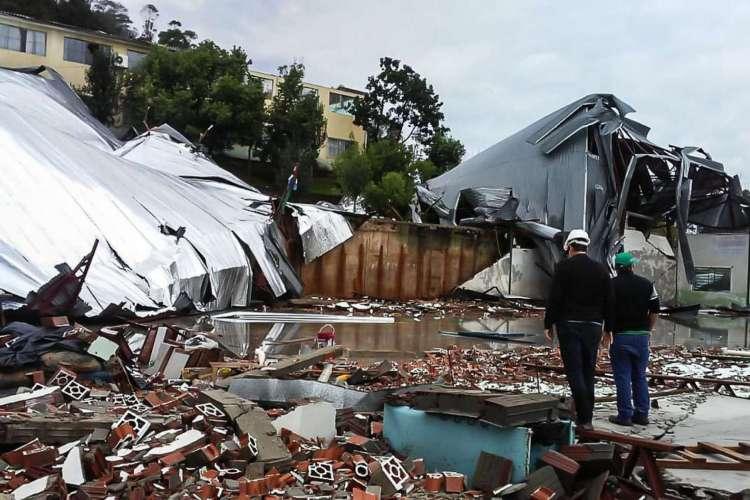 Ventania e fortes chuvas provocam três mortes em Santa Catarina