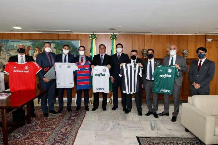 Sem máscara, Bolsonaro recebeu dirigentes de clubes, incluindo Robinson de Castro, do Ceará, e Marcelo Paz, do Fortaleza (Foto: Reprodução / Twitter)