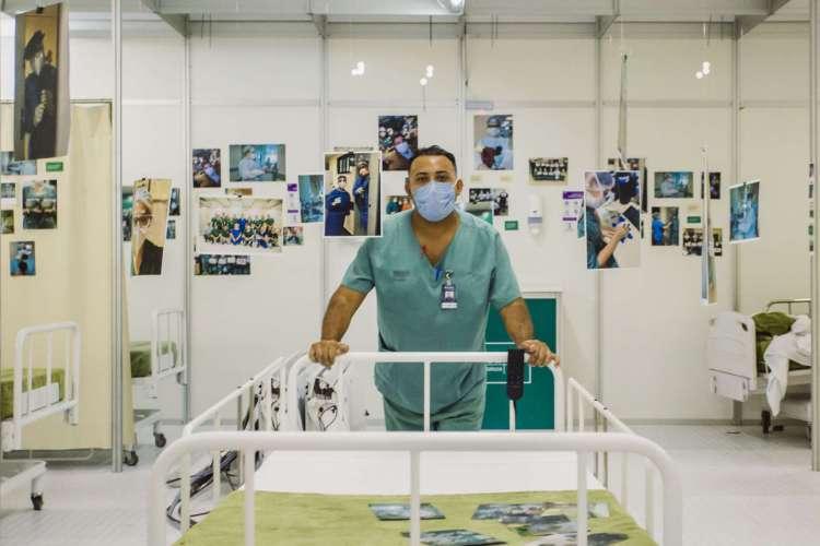 O hospital foi desmontado no fim de junho de 2020. Na foto: profissionais recebem homenagem no encerramento do hospital de campanha. (Foto: Aurelio Alves/ O POVO)