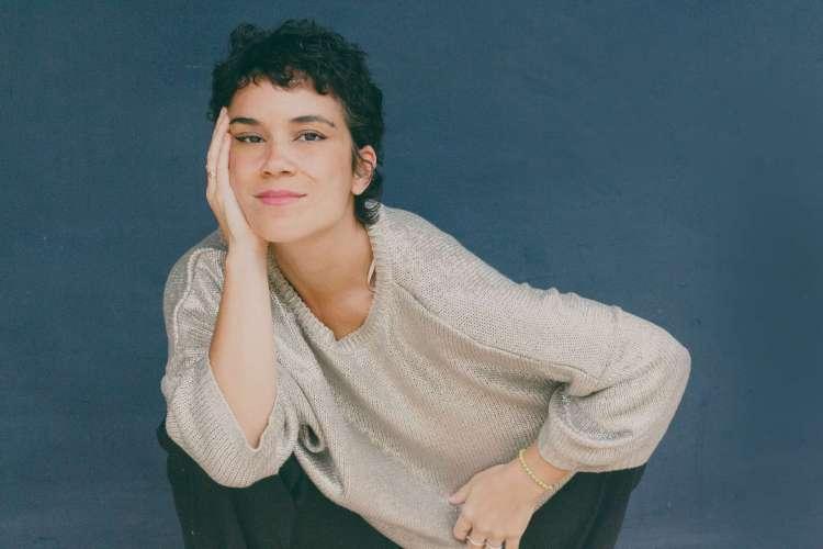 """Segundo álbum de carreira da cantora e compositora Luana Carvalho, """"Baile de Máscara"""" é uma homenagem da artista à mãe, Beth Carvalho, que faleceu em abril de 2019 (Foto: Ana Alexandrino / Divulgação)"""