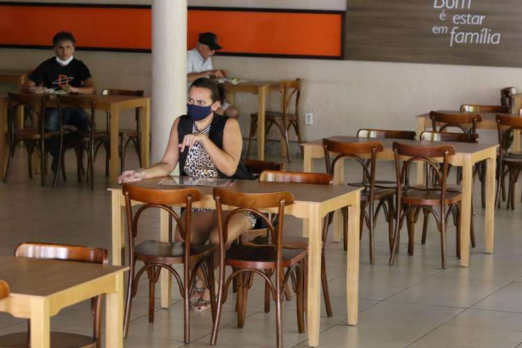Na nova etapa da retomada gradual da economia, bares e restaurantes seguem com funcionamento permitido apenas durante o dia (Foto: Fabio Lima)