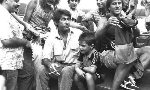 Fagner e Zico nas escadas de túnel do Maracanã, antes de partida amistosa