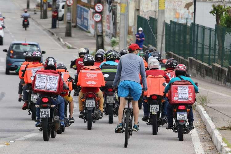 Manifestação de motociclistas entregadores de aplicativos no bairro Aldeota nessa quarta-feira, 1º. (Foto: Fabio Lima/O POVO)