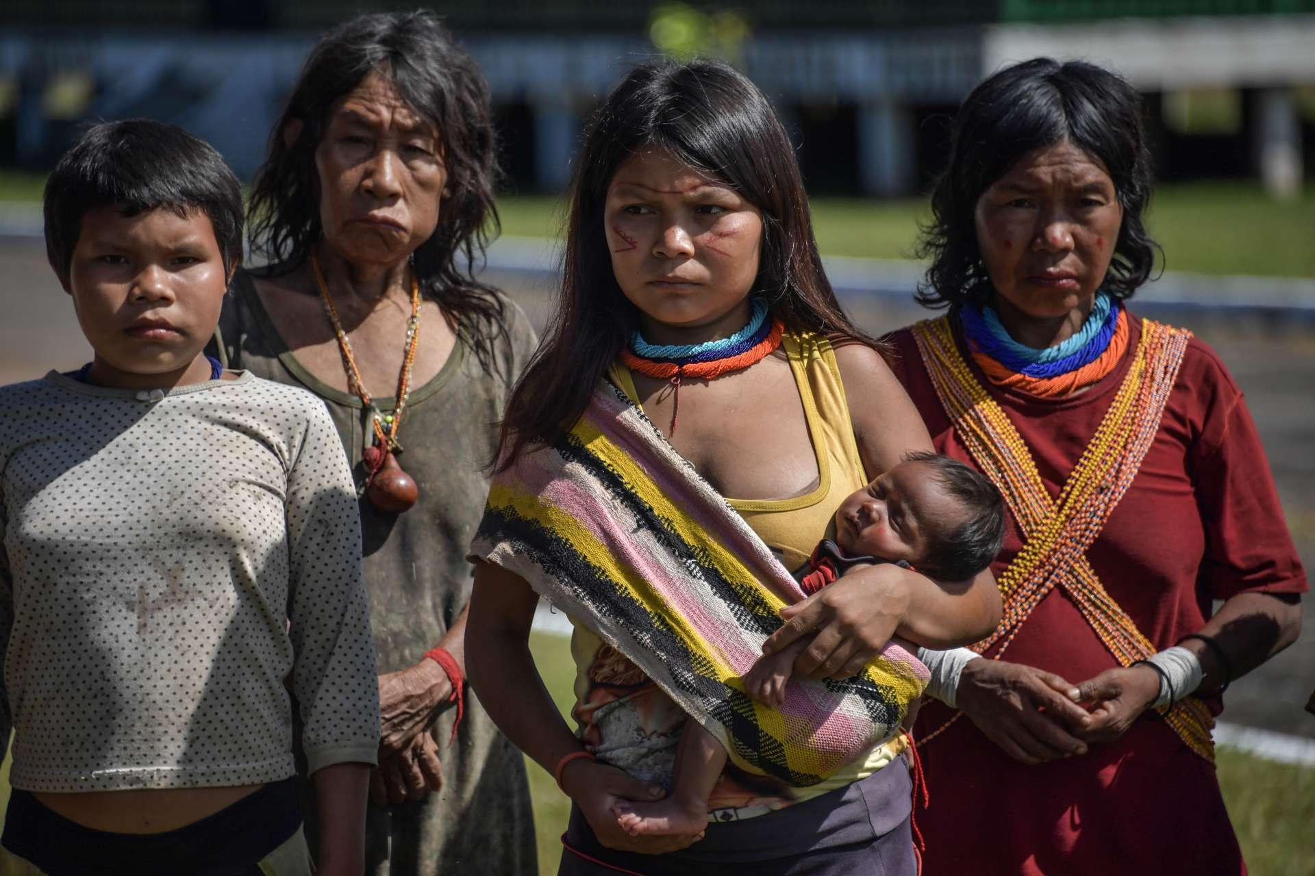 Roraima, em 30 de junho de 2020, Membros do grupo étnico Yanomami indígena são vistos no 5º Pelotão da Fronteira Especial em Auari, em meio à nova pandemia de coronavírus COVID-19. (Foto de NELSON ALMEIDA / AFP)