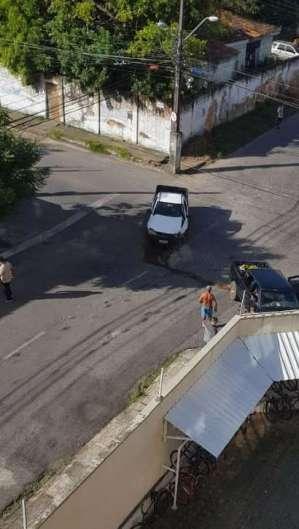 Batida de carro no cruzamento da Mirtil Meyer em direção a avenida Godofredo Maciel, no Mondubim, na quarta-feira, 1º  (Foto: WhatsApp O POVO)