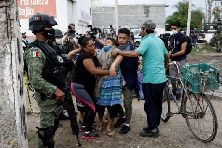 Uma mulher reage perto da cena do crime, onde 24 pessoas foram mortas em Irapuato, estado de Guanajuato, México, em 1º de julho de 2020. - Um ataque armado a um centro de reabilitação de drogas em Irapuato, uma cidade no estado mexicano central de Guanajuato, deixada em pelo menos 24 mortos e sete feridos na quarta-feira, informaram as autoridades locais.  (Foto: AFP / Mario Armas)