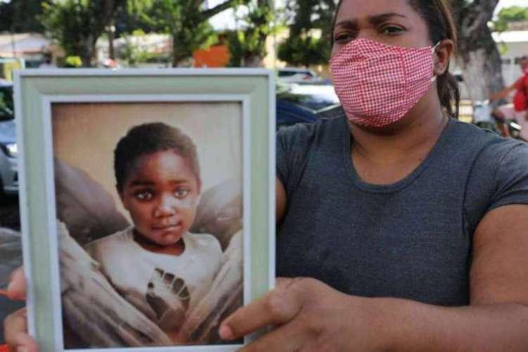 Mirtes Renata de Souza e populares protestavam em frente a delegacia onde Sari Corte Real, no momento em que prestava depoimento, sobre a morte do menino Miguel na delegacia de Santo Amaro (Foto: DAY SANTOS/JC IMAGEM)