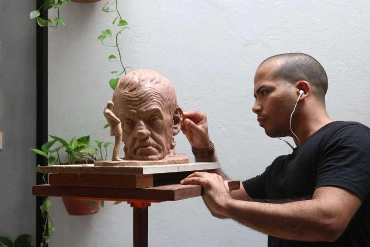 Artista Assis Filho representa poeta Mário Gomes em escultura (Foto: Divulgação)