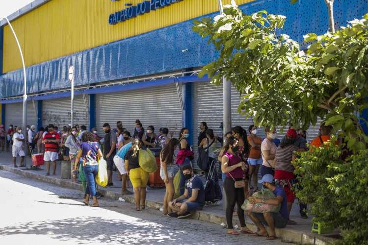 FORTALEZA, CE, BRASIL, 02.07.2020: Feira da Jove Avelino/SEFAZ forma filas antes da abertura as 10h. (Foto: Thais Mesquita/O POVO) (Foto: Thais Mesquita)