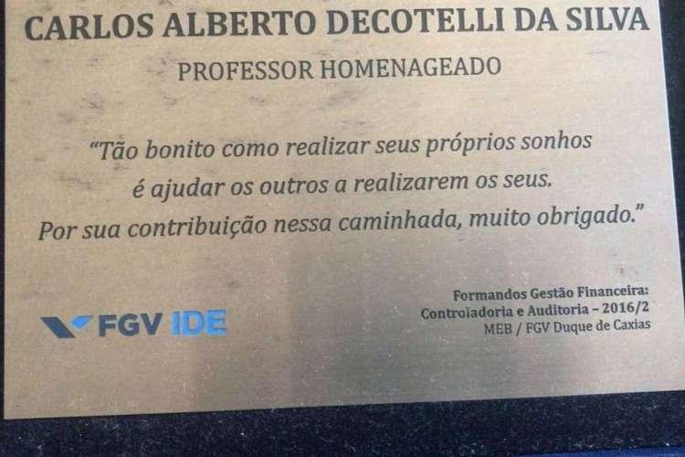 Em placa de homenagem, Decotelli é chamado de professor pela FGV (Foto: Reprodução/Época)