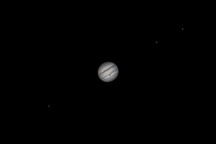 O planeta Júpiter e três luas galileanas: Europa, Io e Ganimedes, na noite de 28 de junho. Júpiter tem o diâmetro de, aproximadamente, 11 Terras (Foto: Heliomárzio Moreira)