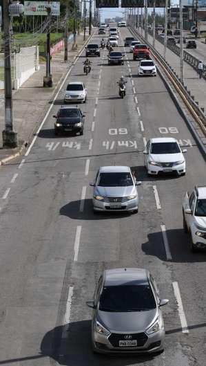 FORTALEZA, CE, BRASIL, 03.07.2020: Movimentação de carros na Av. Washington Soares (Foto: Fabio Lima)