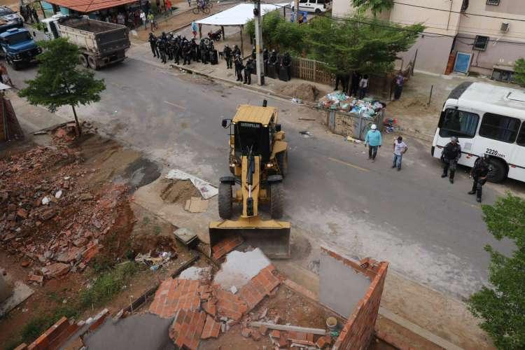Demolição de imóveis ilegais no residencial Cidade Jardim 2, no bairro José Walter (Foto: Fabio Lima)
