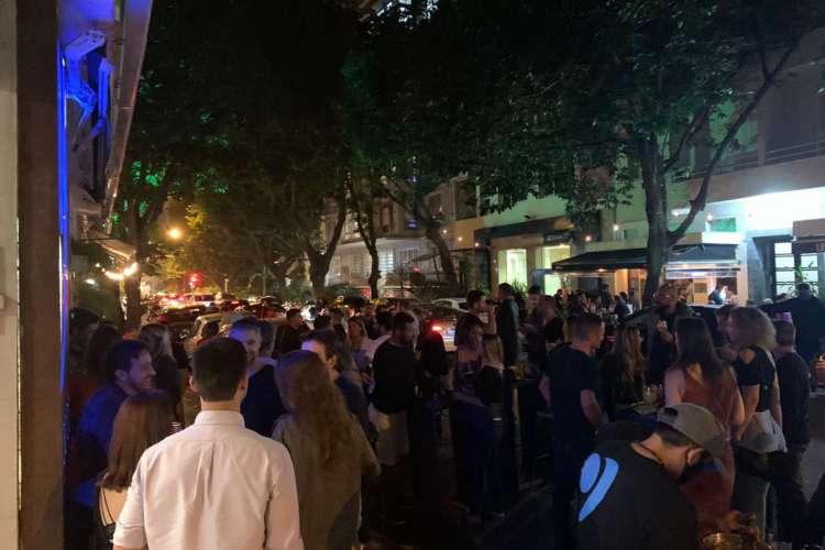 A primeira noite de bares abertos no Rio de Janeiro foi de aglomerações (Foto: Reprodução/Twitter)