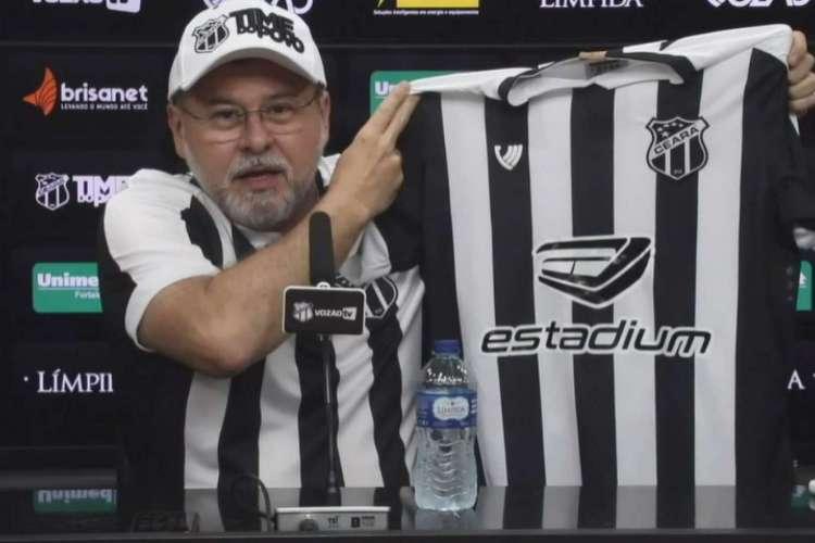 Robinson de Castro apresenta novo patrocinador master na camisa  (Foto: Reprodução/Vozão TV)