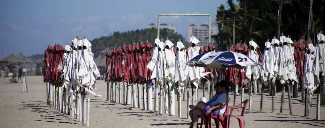 FORTALEZA, CE, BRASIL, 04.07.2020: Movimentacao na Praia do Futuro depois da prorrogacao do decreto que autoriza o funcionamento das barradas de praia. (Foto: Thais Mesquita/O POVO) (Foto: Thais Mesquita)