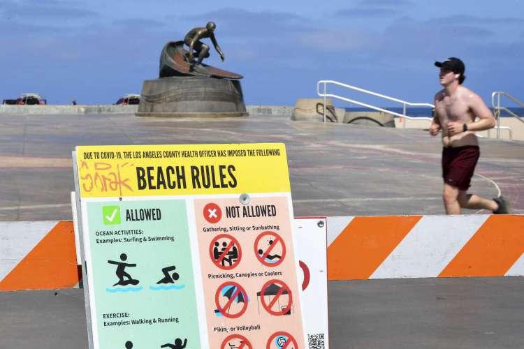 Barricadas e sinalizações lembram que a praia está fechada, na Califórnia, nos Estados Unidos (Foto:  Frederic J. BROWN / AFP)