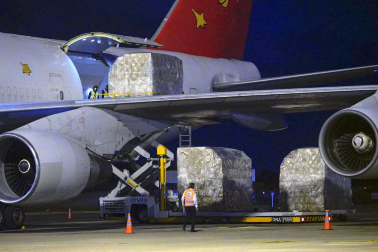 Aeronave com 70 toneladas de EPIs desembarcou na madrugada deste sábado no aeroporto de Fortaleza (Foto: CARLOS GIBAJA/GOVERNO DO CEARÁQ)