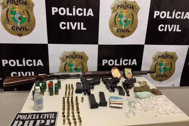 Armas e drogas apreendidas no bairro Passaré, em ação da DHPP neste sábado, dia 4 de julho (Foto: DIVULGAÇÃO SSPDS)