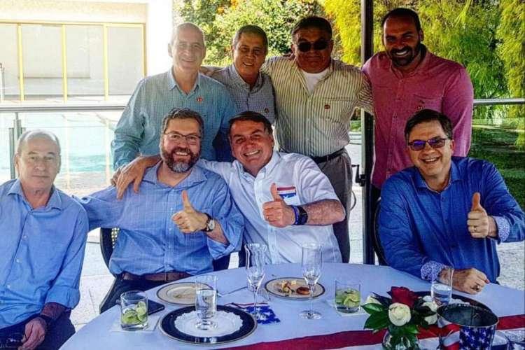 Jair Bolsonaro, Eduardo Bolsonaro e ministros se reuniram na tarde deste sábado, 4, para comemorar o dia da independência dos EUA (Foto: Reprodução Instagram)
