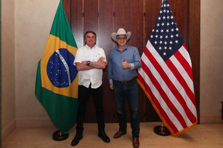 Bolsonaro, ao lado do embaixador dos Estados Unidos no Brasil, Todd Chapman (Foto: Isaac Nóbrega / PR)