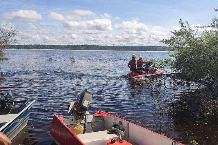 O corpo da terceira criança foi encontrado neste sábado. Bombeiros fazem buscas desde o dia do naufrágio, na quinta-feira, 2 (Foto: Divulgação/Bombeiros)