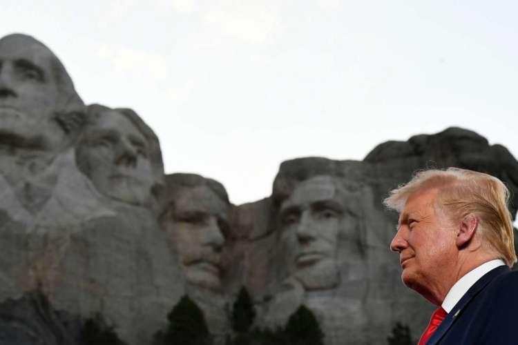 Donald Trump participou de solenidade no Monte Rushmore, na véspera do Dia da Independência, e no seu discurso criticou protestos antirracistas nos Estados Unidos (Foto: SAUL LOEB / AFP)