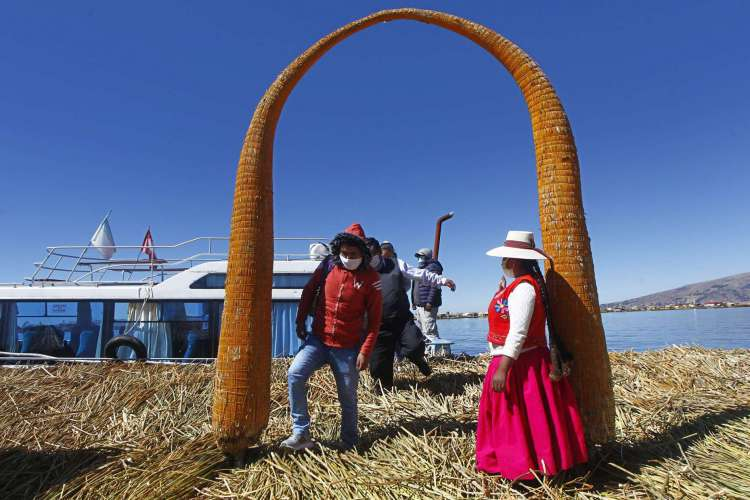 Uma das ilhas de Uros, no lago Titicaca, perto de Puno, no Peru: país já tem mais de 30 mil casos confirmados de covid-19 (Foto: CARLOS MAMANI / AFP)