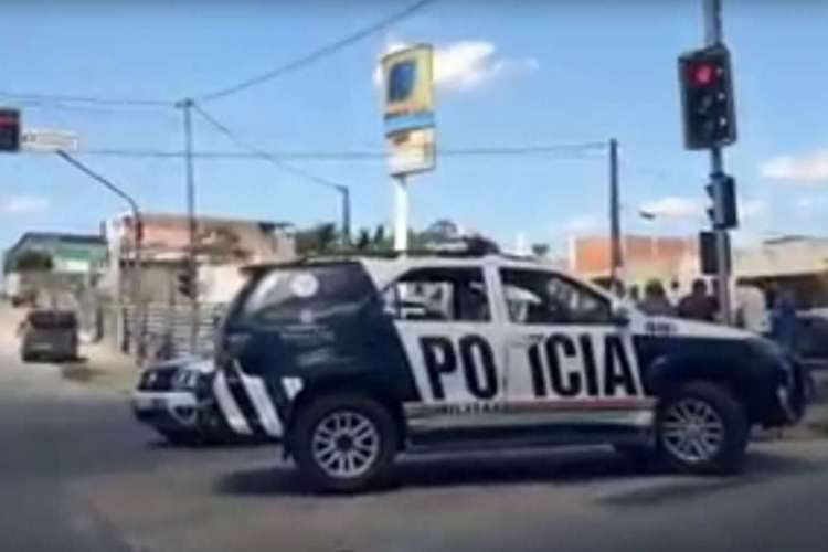 Equipes do DHPP da Polícia Civil do Estado do Ceará (PCCE) e da Perícia Forense do Estado do Ceará (Pefoce) estiveram no local  (Foto: REPRODUÇÃO VIA WHATSAPP O POVO)