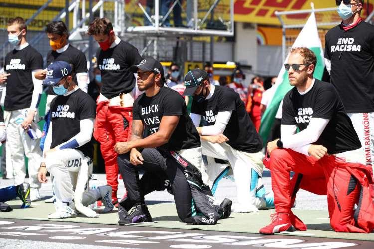 Pilotos da Fórmula 1 participaram de ato antirracista antes da largada do GP da Áustria (Foto: Mark ThompsonAFP)