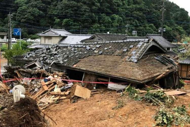 Casa que desabou após deslizamento de terra em Ashikita, no município de Kumamoto, em 5 de julho de 2020    (Foto: JIJI PRESS/AFP)