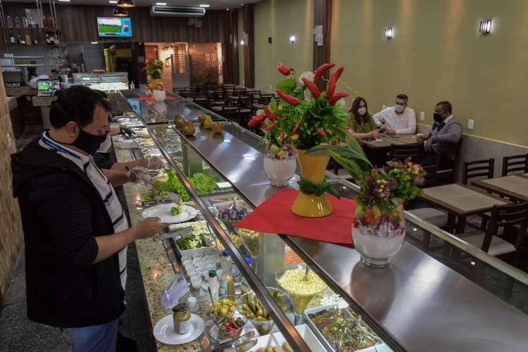 Restaurantes self service estão entre as atividades com maior risco de contaminação. (Foto: NELSON ALMEIDA / AFP)