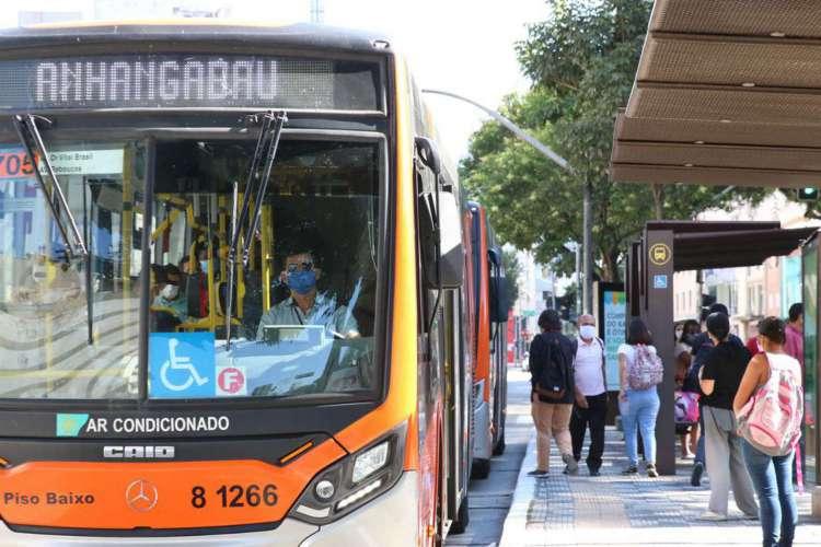 Usuários de transporte público e motoristas de ônibus usam máscaras de proteção contra covid-19 na rua da Consolação (Foto: Rovena Rosa/Agência Brasil)