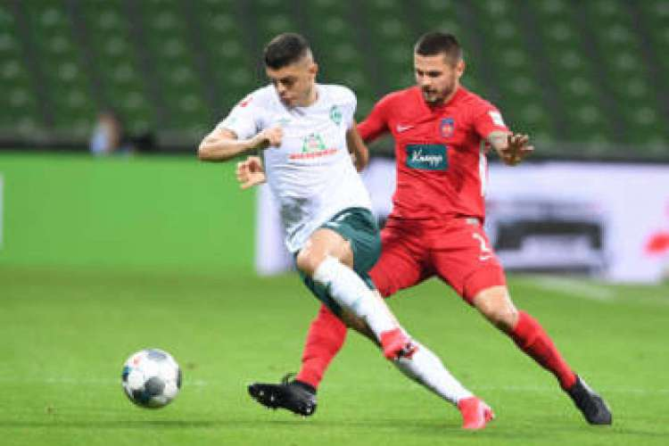 Bremen's Kosovan midfielder Milot Rashica (L) and Heidenheim's German defender Marnon Busch vie for the ball during the German Bundesliga relegation first-leg football match Werder Bremen v 1 FC Heidenheim 1846 on July 2, 2020 in Bremen, northern Germany. (Photo by Carmen JASPERSEN / various sources / AFP) / DFL REGULATIONS PROHIBIT ANY USE OF PHOTOGRAPHS AS IMAGE SEQUENCES AND/OR QUASI-VIDEO (Foto: AFP)