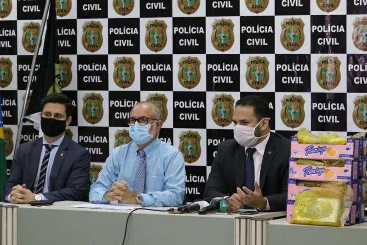Polícia Civil apreende 60 kg de cocaína que iria para a Europa com carregamento de mangas.  (foto: Fabio Lima/O POVO) (Foto: Foto: Fabio Lima/O POVO)