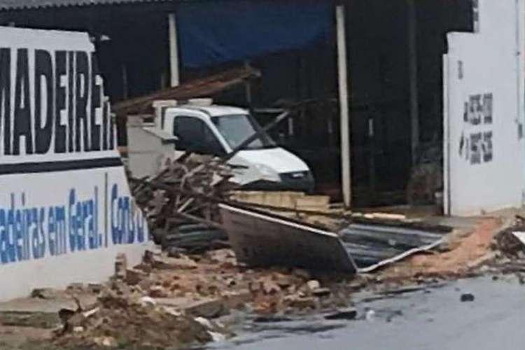Em Camocim, rajadas de ventos destroem telhados, derrubam muros e arrancam árvores na tarde desta segunda-feira, 6 (Foto: Reprodução Instagram)