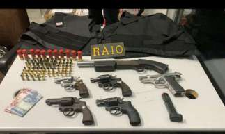 Seis armas, munições e coletes balísticos foram apreendidas.