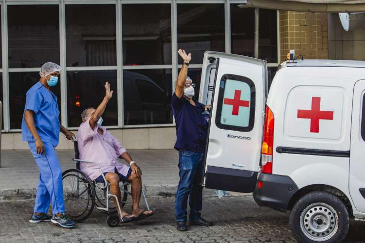 Chegada de ambulância do interior para pegar paciente com alta. Movimentação em frente ao Hospital Leonardo Da Vinci (Foto: Aurelio Alves/ O POVO)