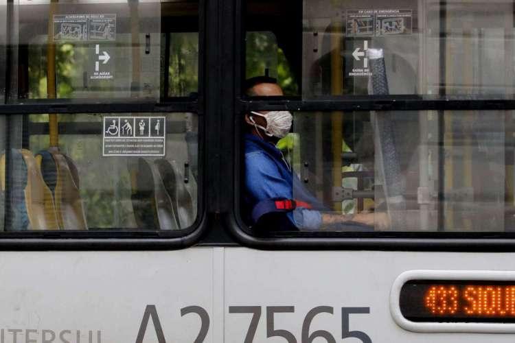 Usuarios e motoristas de transporte público,  utilizam máscara de proteção, durante pandemia da Covid-19 no Rio (Foto: Tânia Rêgo/Agência Brasil)