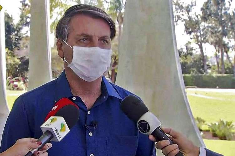 Bolsonaro deu entrevista a jornalistas nesta terça-feira, 7, para divulgar que contraiu o coronavírus  (Foto: Reprodução/TV Brasil)