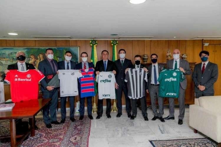 Bolsonaro recebeu dirigentes de oito clubes no dia 30 de junho (Foto: REPRODUÇÃO TWITTER)