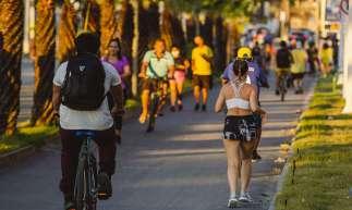 FORTALEZA-CE, BRASIL, 08-07-2020: Movimentação na Orla de Fortaleza, com pessoa fazendo exercicio fisico e caminhasdas, em Epoca de COVID-19. (Foto: Aurélio Alves / O Povo)