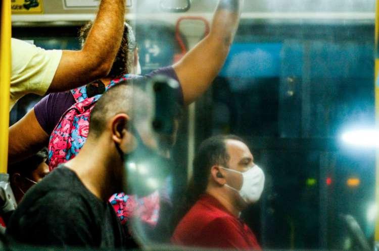 Passageiros de máscara no terminal da Parangaba(Foto: Barbara Moira)