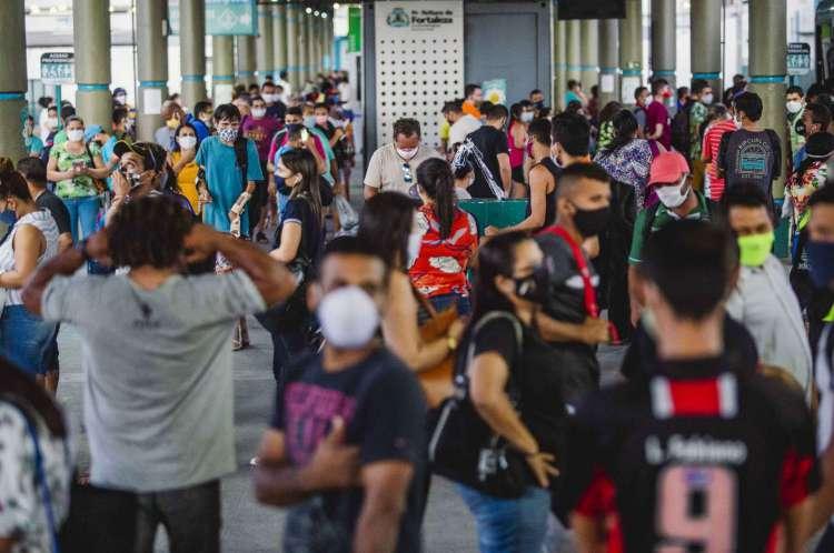 Terminal do Papicu no começo de julho, em horário de pico: transporte coletivo nunca deixou de ser ponto de aglomeração(Foto: Aurelio Alves/ O POVOS)