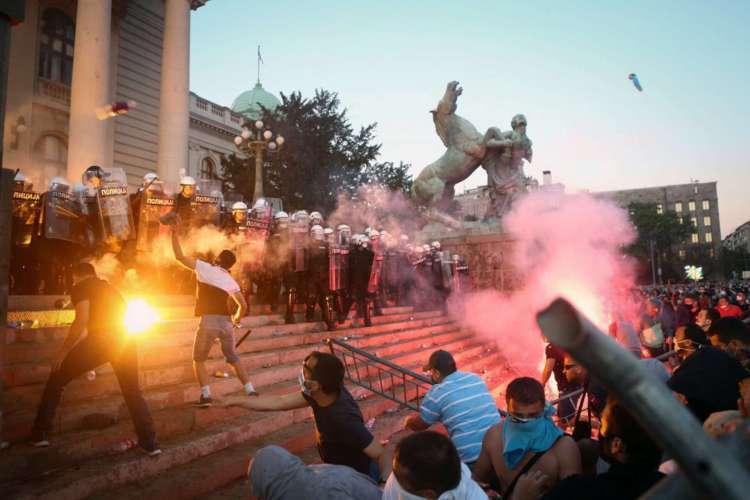 Protestos em Belgrado, na Sérvia (Foto:  Oliver BUNIC / AFP)