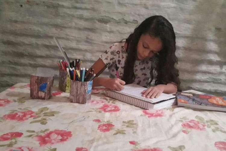 A estudante Maciellen Almeida dos Santos, 12 anos, tem utilizado a internet móvel para acompanhar as aulas remotas em São Gonçalo (Foto: Arquivo Pessoal)