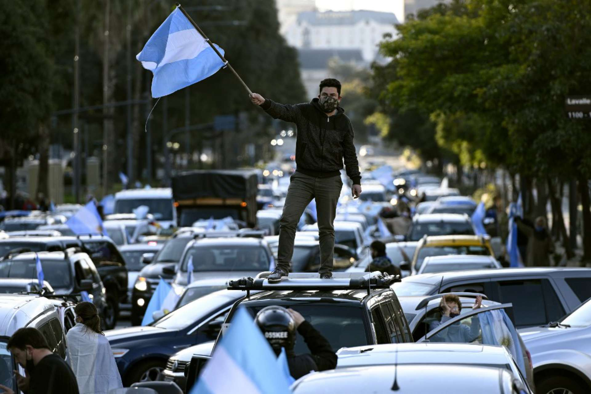 A man waves the Argentine flag during a protest against Argentina's President Alberto Fernandez health policies during the tighten virus lockdown measures against the spread of the novel COVID-19 coronavirus, at Republica square in Buenos Aires, Argentina, on July 9, 2020. (Photo by )       Caption (Foto: JUAN MABROMATA / AFP)