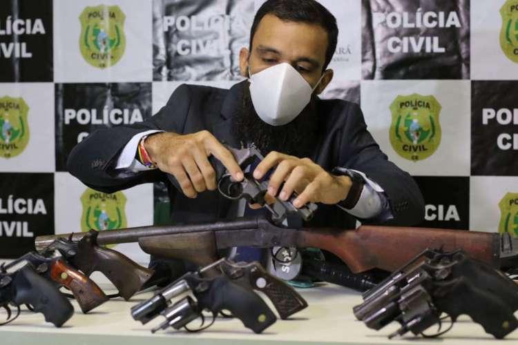 Alceu Viana, delegado adjunto da DRACO, durante coletiva para apresentação de armas apreendidas pela polícia civil do Ceará em Caucaia (Foto: Foto: Fábio Lima)