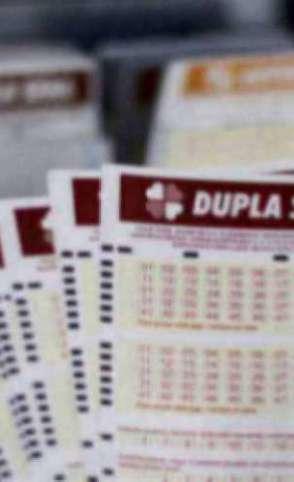 O resultado da Dupla Sena Concurso 2103 foi divulgado na noite de hoje, sábado, 11 de julho (11/07), por volta das 20 horas. O prêmio da loteria está estimado em R$ 11,1 milhões (Foto: Deísa Garcêz)